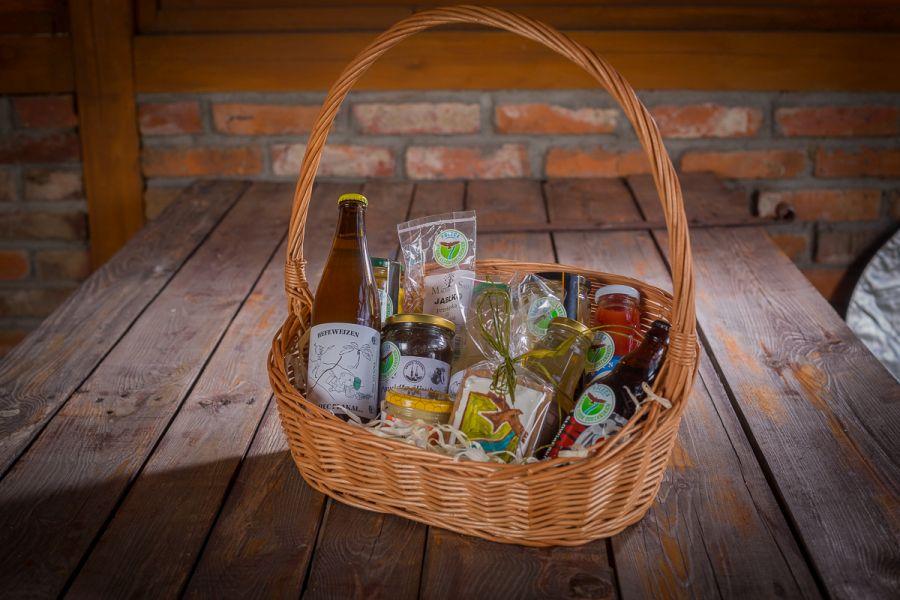 Kosz prezentowy z produktami lokalnymi Krainy Łęgów Odrzańskich